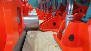 Roller conveyor for positioning is equipped with servo-controlled drives