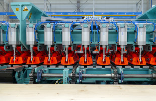 8 pneumatic top pressure bars per 2m segment with 8 pneumatic cylinders at the front and at the back