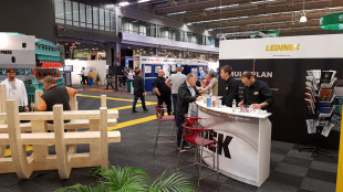 Besucher am Ledinek Messestand